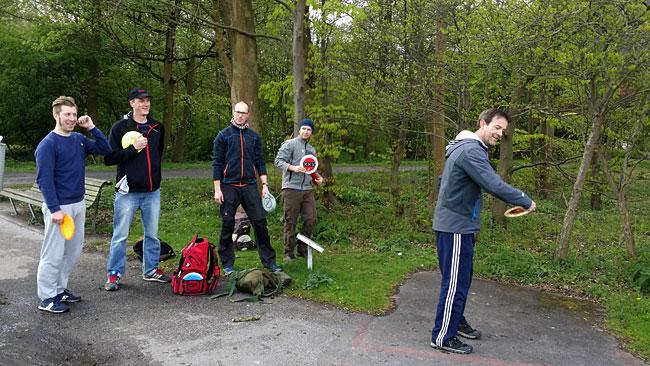 Disc Golf Sloterpark - Een groepje spelers aan het oefenen