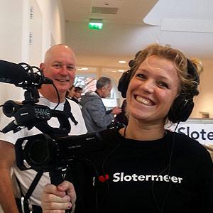 Journalist/filmer Clementine Vrooland (op de achtergrond fotograaf Menno Herstel)