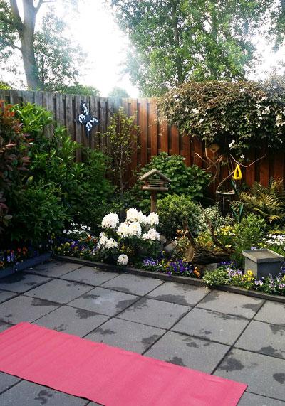 Yogamat uitgerold, klaar voor yoga in de tuin (tuinyoga?)